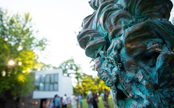 Szabadtéri szoborkiállítás a Szentendrei Régi Művésztelep kertjében
