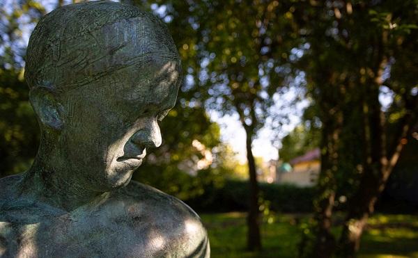 Szabadtéri szoborkiállítás a Szentendrei Régi Művésztelep kertjében - fotók: nmi.hu