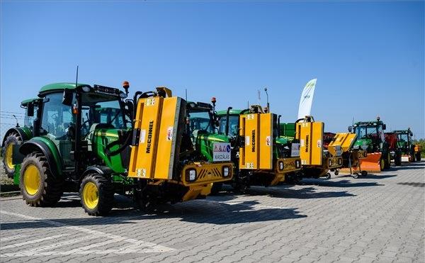 Kerékpárutak üzemeltetését segítő speciális traktorokat adtak át