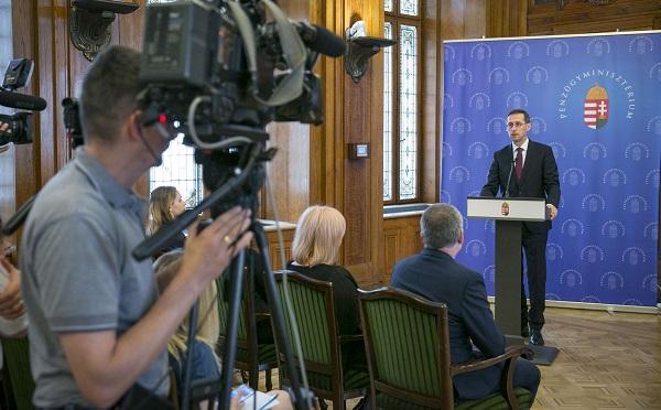 Munkahelyteremtő stratégiai megállapodást írt alá Varga Mihály