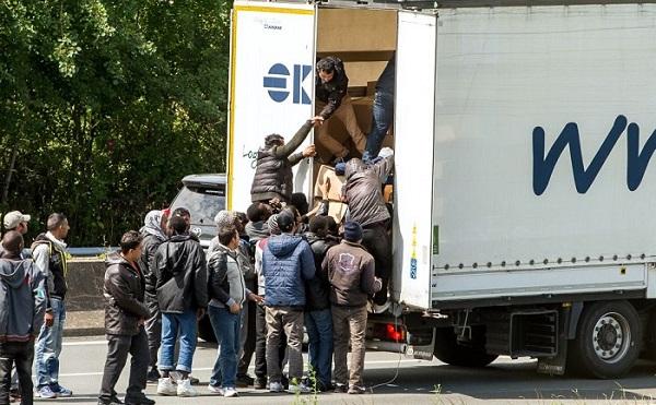 Török sofőr román kamionjában negyvenöt szíriait találtak