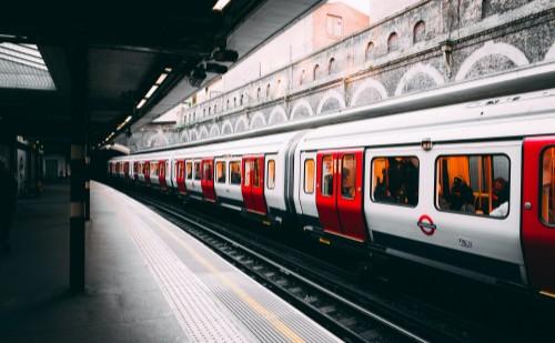 Vádat emeltek a metrón paprikaspray-t használó férfi ellen