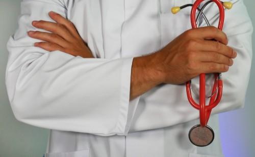 Védettségi igazolványokat adott el egy háziorvos