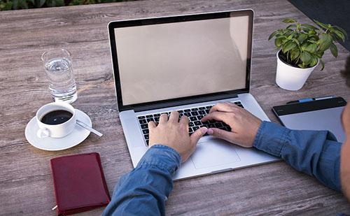 Átmeneti rendeletekkel szabályozzák a home office-t