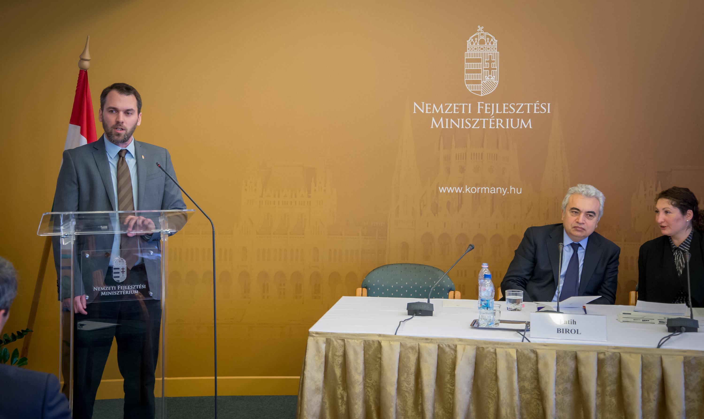 Fatih Birol (jobbra), az IEA vezető közgazdásza a Nemzeti Fejlesztési Minisztériumban tartott sajtótájékoztatóján, 2015. január 15-én