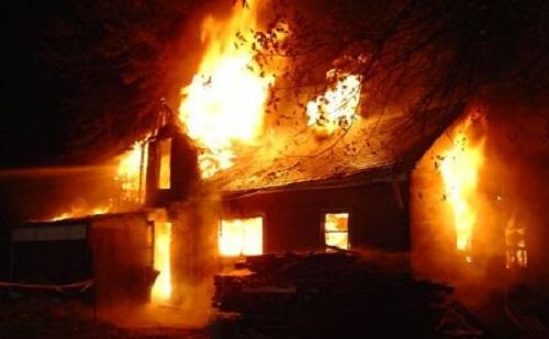 Rágyújtották házát az eszméletlen férfire